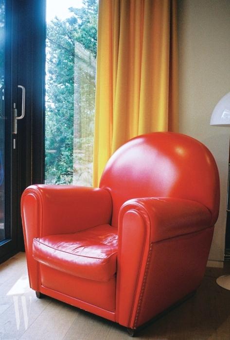 침실의 커다란 창에도 역시 그녀가 좋아하는 노란색 커튼을 달았다. 여기에 원색적인 경쾌함을 더한 빨간색 소파까지!