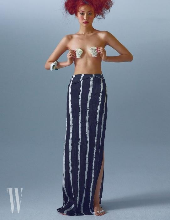 줄무늬 타이다이 슬립 드레스는 앤아더스토리즈 제품. 가격 미정. 오른팔의 팔찌는 로에베 제품. 52만원.
