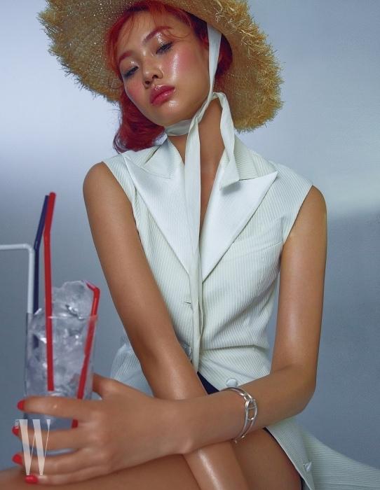 줄무늬 테일러드 드레스는 제이백쿠튀르 제품. 가격 미정. 모자는 어썸니스 제품. 8만2천원. 팔찌는 에르메스 제품. 가격 미정.