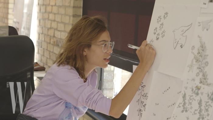 직접 디자인 스케치에 한창인 알렉사 청.