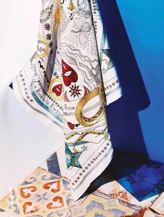 1. 운명의 수레바퀴 타로 카드 문양이 재미있는 스카프는 디올 제품. 45만원.