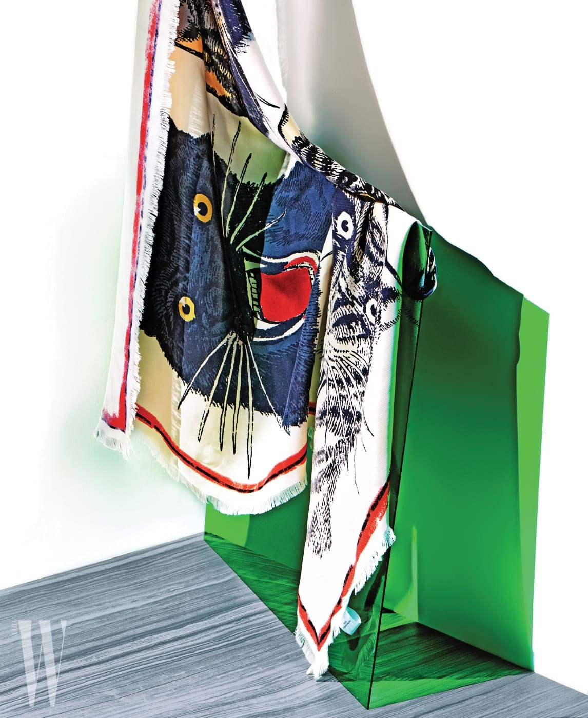 2. 큼직한 호랑이 패턴의 스카프는 구찌 제품. 61만원.