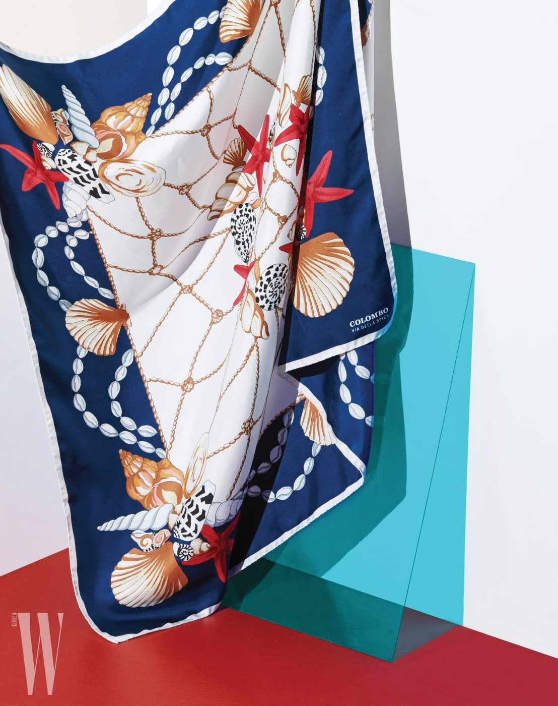 5. 조개와 불가사리 무늬가 시원해 보이는 스카프는 콜롬보 비아델라스피가 제품. 가격 39만8천원.