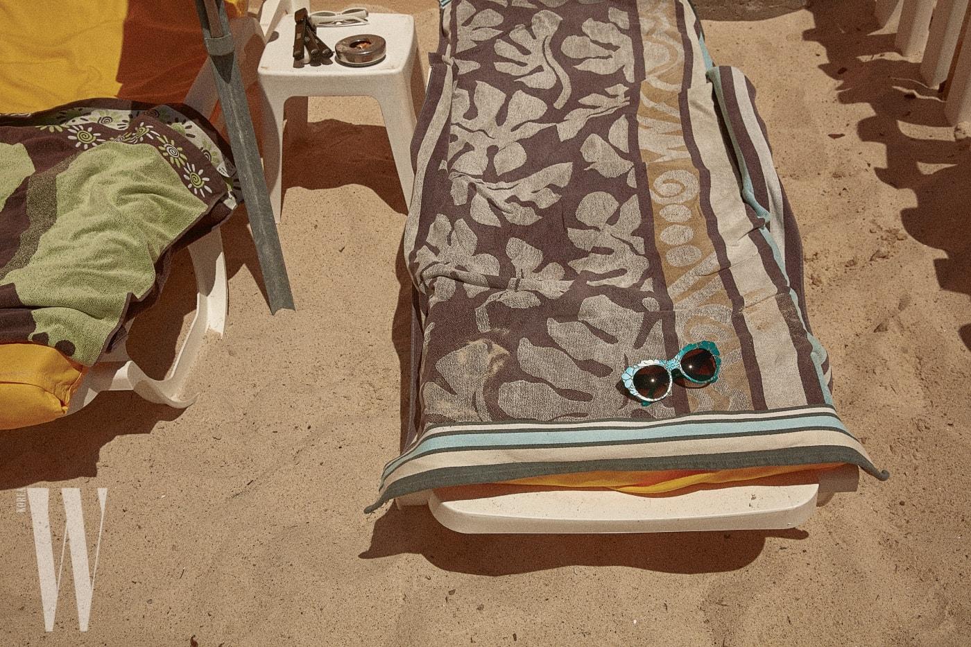 꽃 모양을 양각 처리한 선글라스는 돌체&가바나 by 룩소티카 제품. 40만원대.