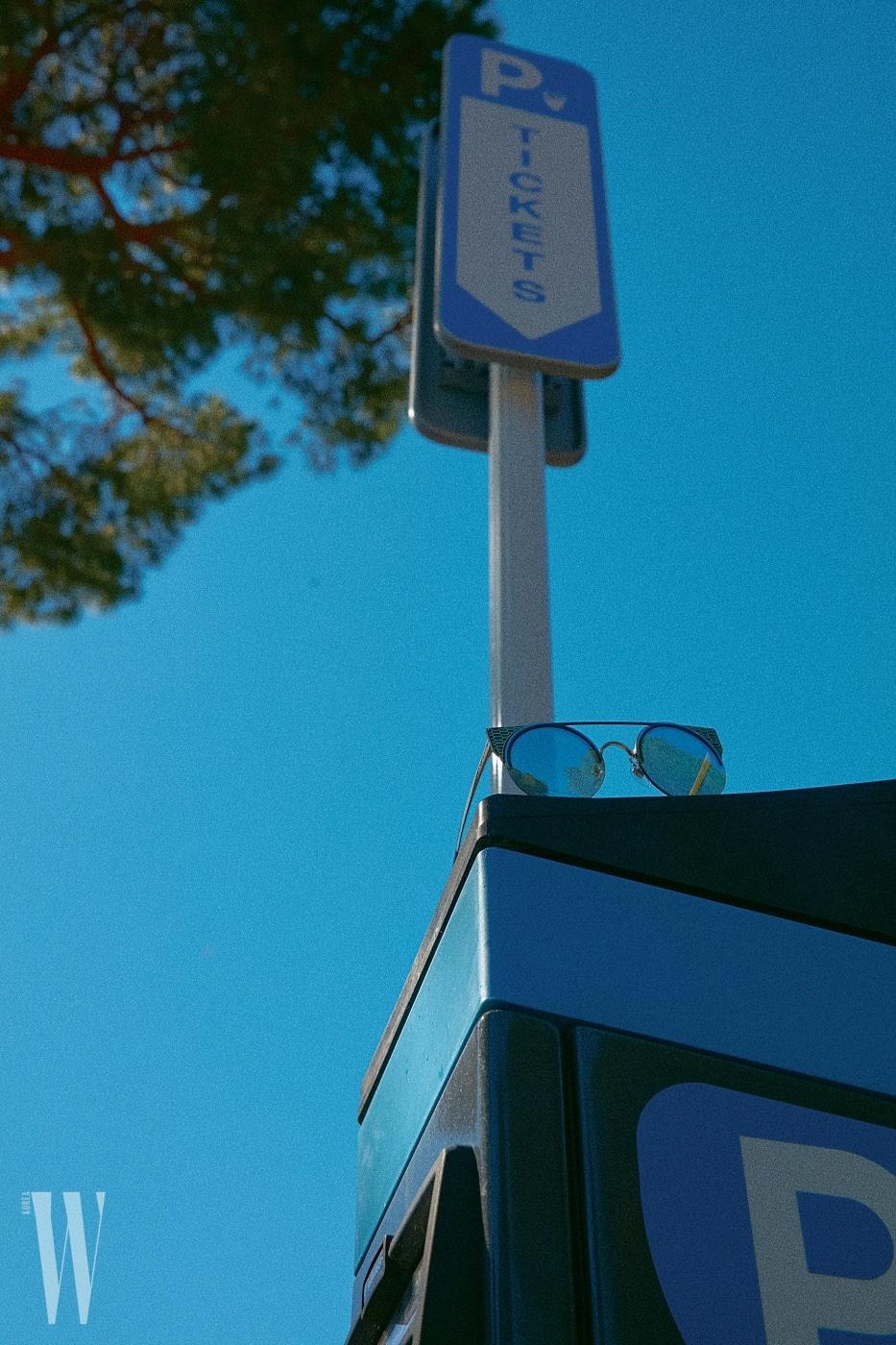 하우스를 상징하는 비늘 무늬를 프레임에 넣은 선글라스는 불가리 제품. 51만원.