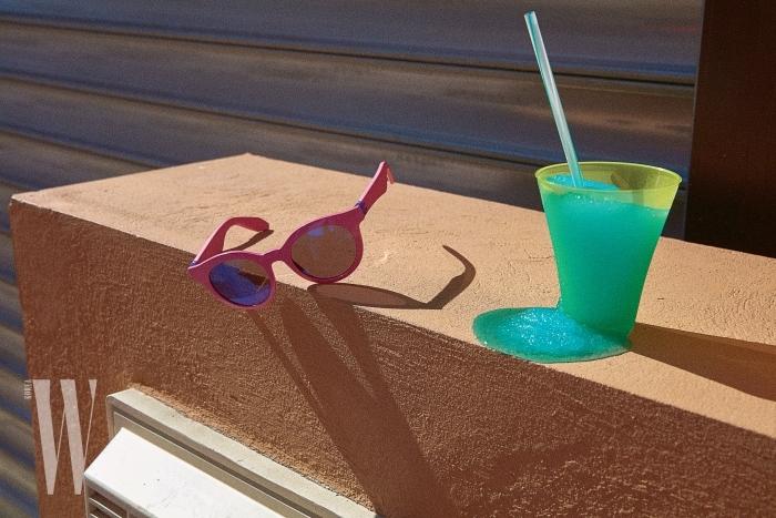 장난감을 연상시키는 분홍 프레임의 선글라스는 스와치 제품. 9만3천원.