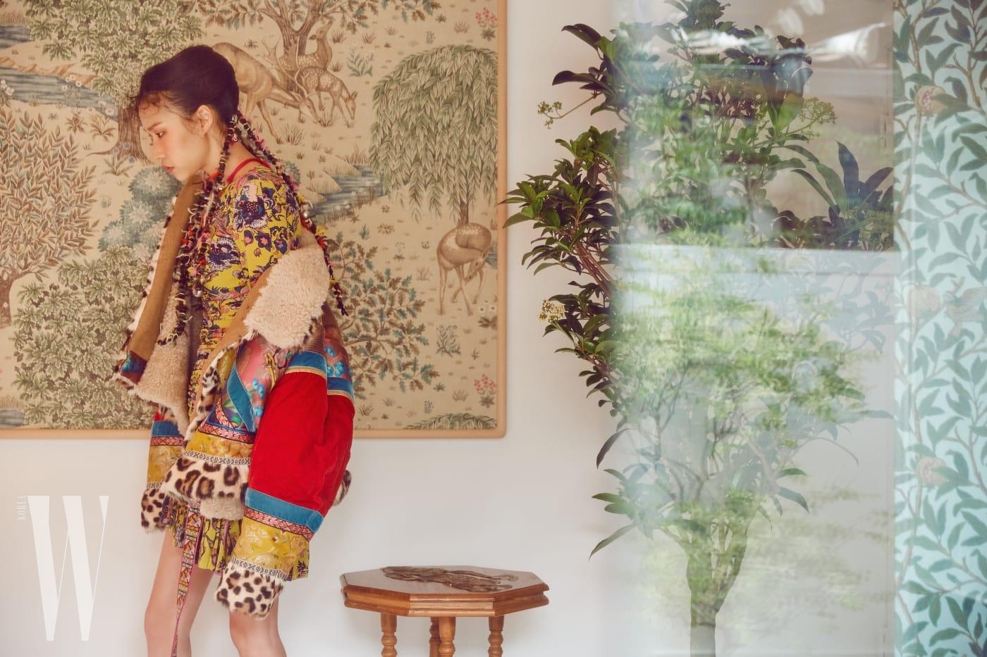 토속적인 색감과 섬세한 자카르 패치워크가 특징인 오버사이즈 아우터, 페이즐리 프린트 드레스, 에스닉한 목걸이는 모두 Etro 제품.