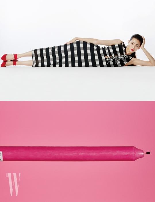 리본 장식의 니트 롱 드레스, 빨강 메리제인 슈즈는 Emporio Armani 제품.