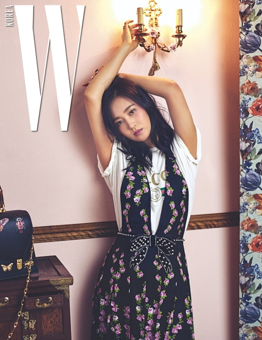 유리가 착용한 티셔츠와 진주가 달린 보 장식 꽃무늬 드레스, 옆에 놓인 뱀부 핸들 장식이 돋보이는 오틸리아 백은 모두 Gucci 제품.