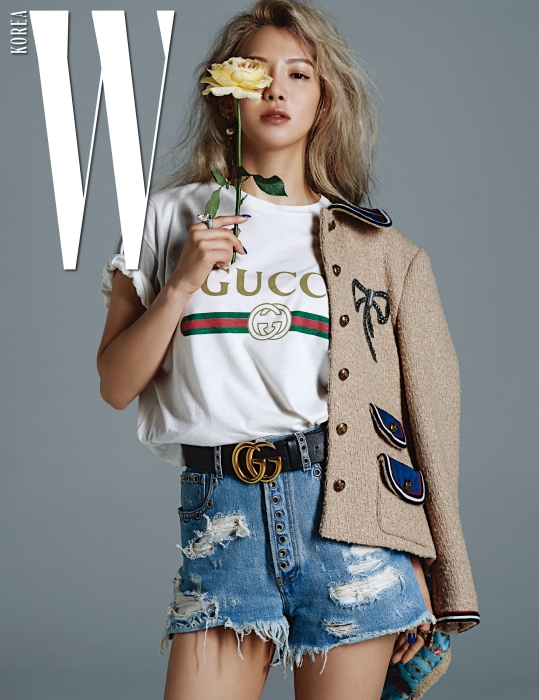 효연이 착용한 티셔츠, 보 장식 재킷, GG 버클 벨트, 데님 팬츠, 반지, 귀고리는 모두 Gucci 제품.