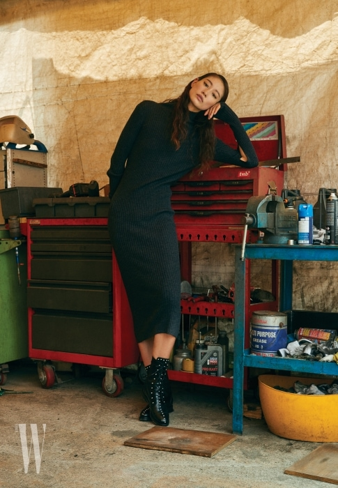 검은색 롱 니트 원피스와 스터드 장식 레이스업 부츠는 IRO 제품.