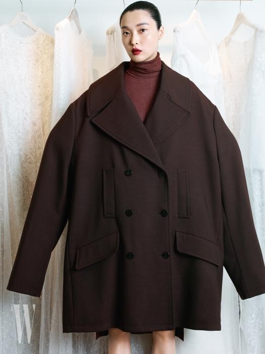과장된 실루엣의 갈색 더블브레스트 코트, 붉은색 터틀넥 톱은 MM6 제품.