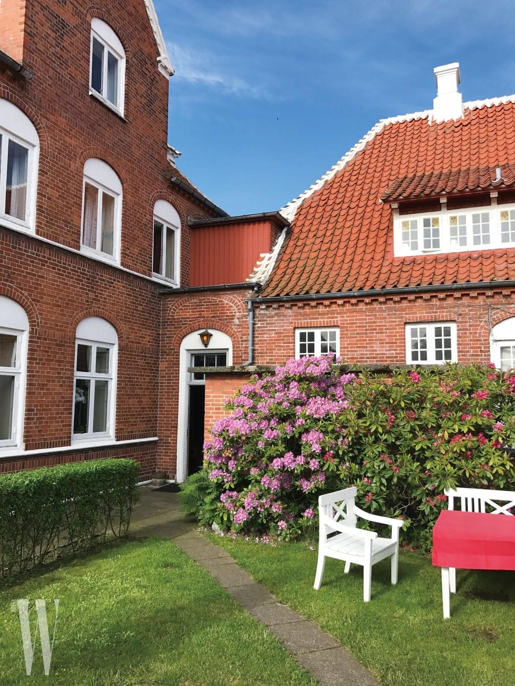 5 덴마크의 끝에서 숙소인 브론덤 호텔까지 자전거를 타고 10km를 달렸다. 브론덤 호텔은 과거 덴마크 왕과 왕비가 휴가를 즐긴 곳이자 많은 예술가들이 머문 유명한 곳이다.