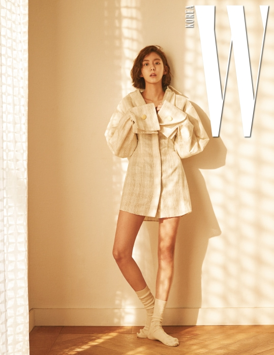 넓은 커프와 볼륨 있는 어깨 라인이 돋보이는 체크 셔츠 원피스는 Jacquemus by MUE, 크림색 양말은 Cos 제품.