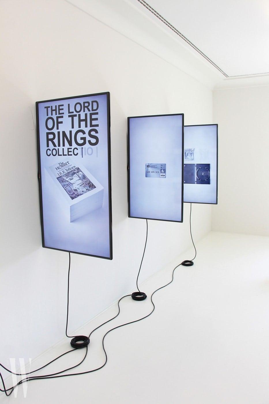 !미디엔그룹비트닉,'무작위 다크넷 구매자- 봇 컬렉션', 2014-2016, 3채널 비디오 설치, 9:40