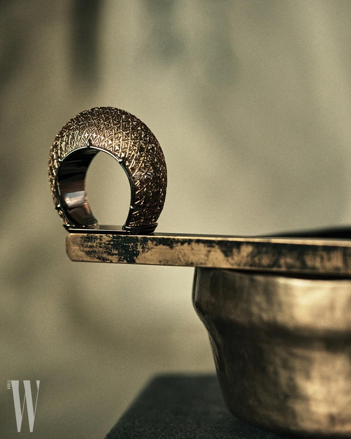 모노그램 패턴이 촘촘히 음각 장식된 뱅글은 루이 비통 제품. 가격 미정.