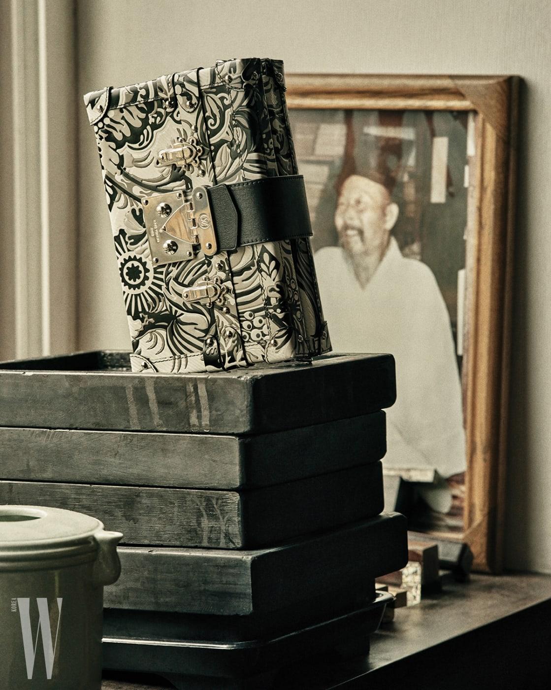 흑과 백의 대비가 멋진 쁘띠말 클러치는 루이 비통 제품. 가격 미정.