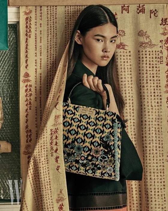 기하학 패턴의 벨벳 레귤러 피카부 백, 안에 입은 검정 재킷은 펜디 제품. 각각 1천만원대, 4백9만원.
