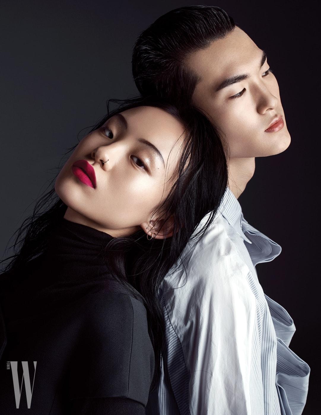 김별이 입은 검은색 터틀넥과 톱은 Dior 제품. 이기현이 입은 스트라이프 셔츠는 Wooyoungmi 제품.
