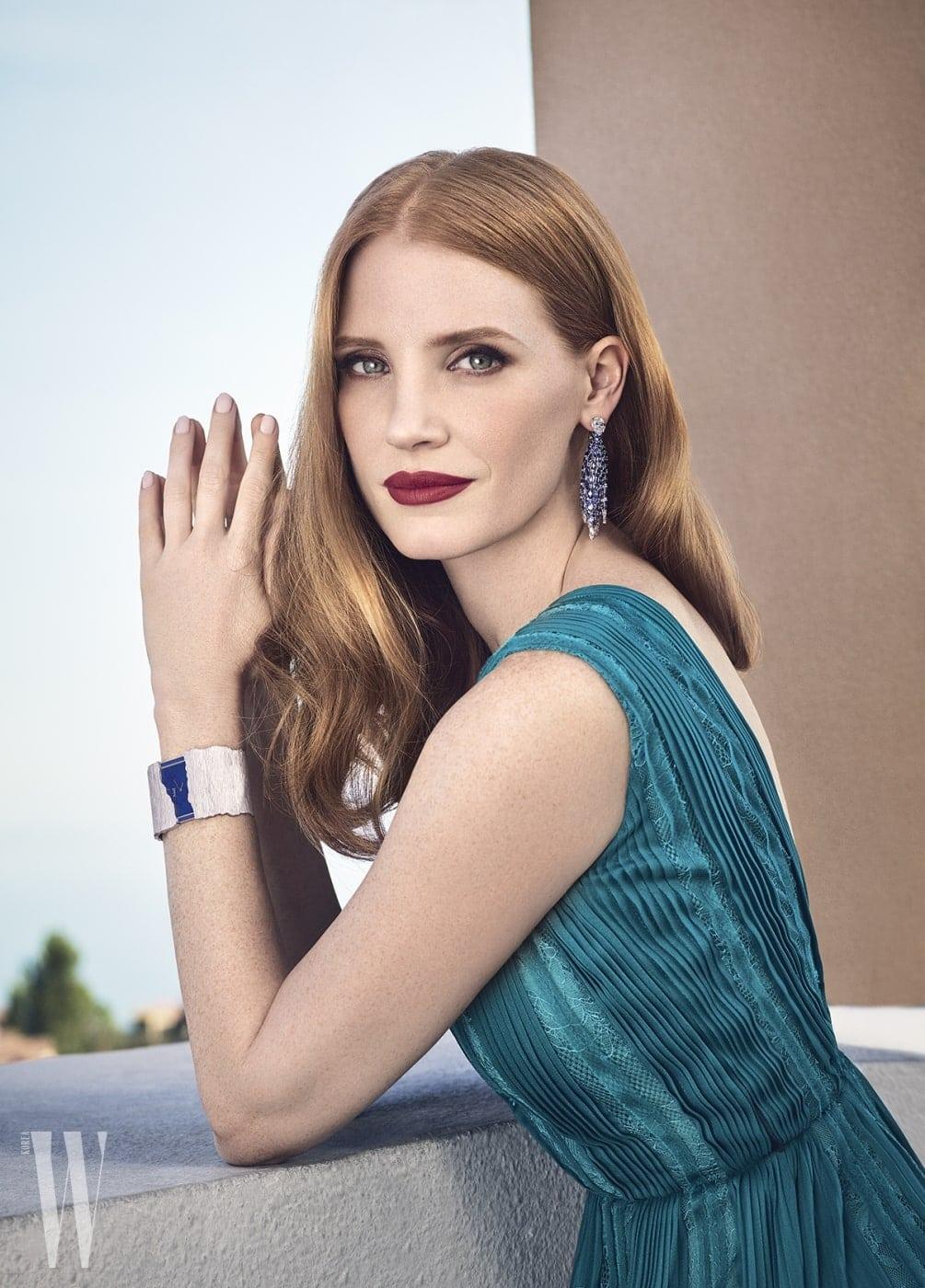 '씨 템테이션 다이아몬드 이어링'과 '블루 쇼어 워치'를 착용한 제시카 차스테인.