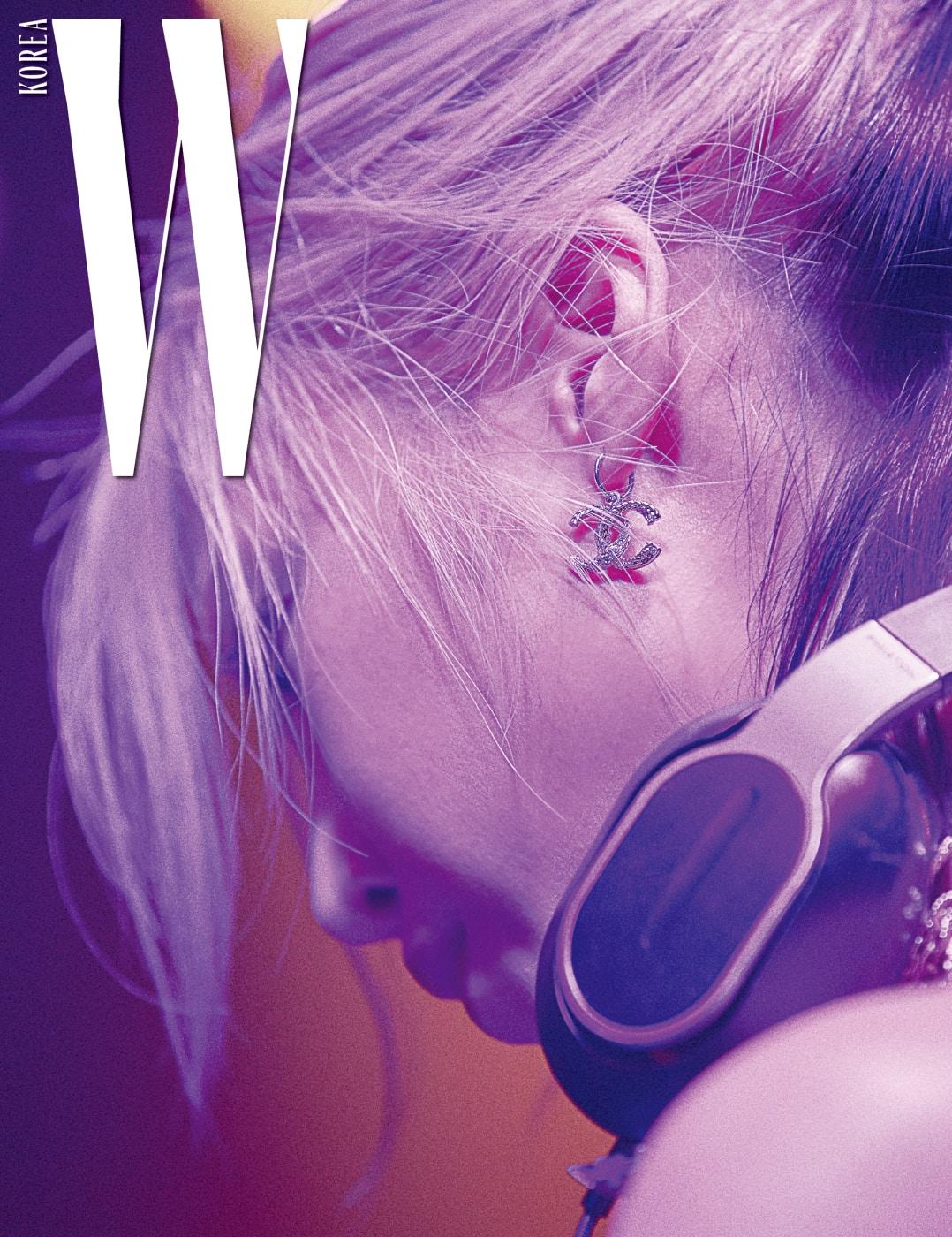 파티의 DJ로 나선 수주의 귀에 걸린 샤넬 로고 귀고리.