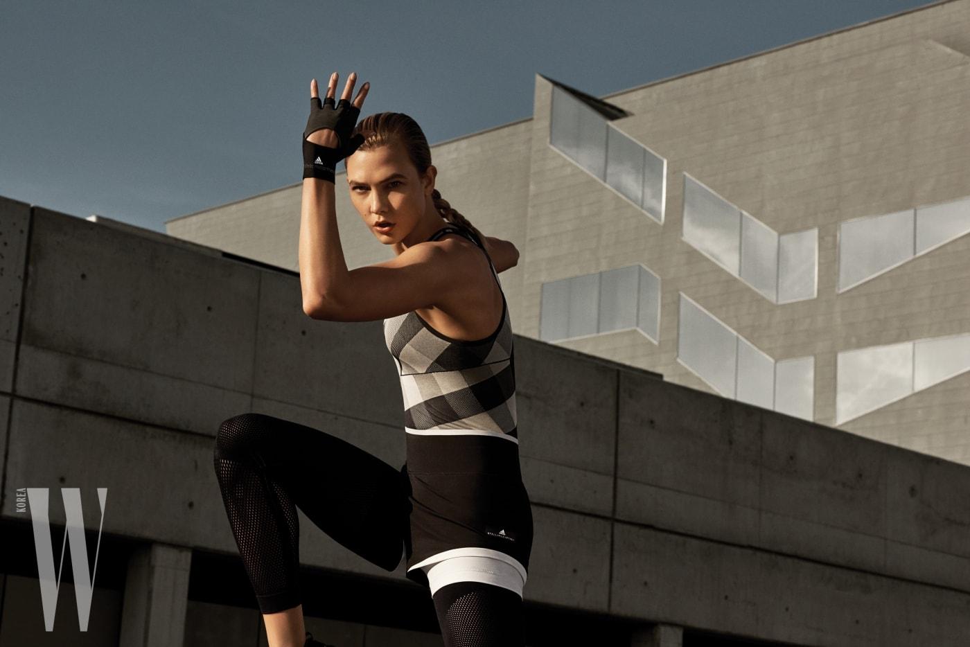 모던한 체크무늬 운동복을 입은 칼리 클로스.