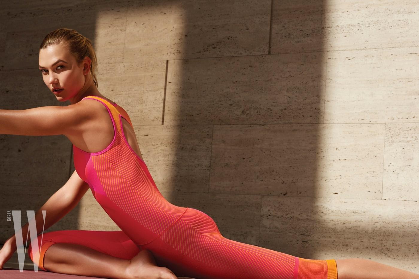 자연스럽고 은은한 색감의 요가복을 입고 운동하는 칼리 클로스.