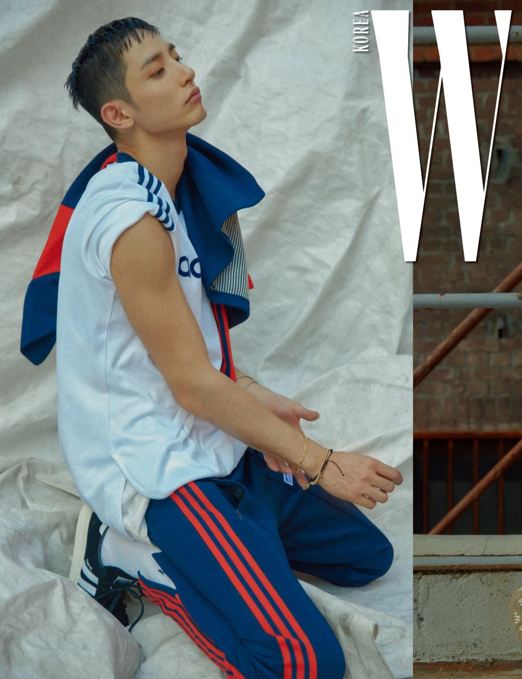 로고 티셔츠, 트랙 재킷, 트랙 팬츠, 캠퍼스 스니커즈는 모두 adidas originals 제품.