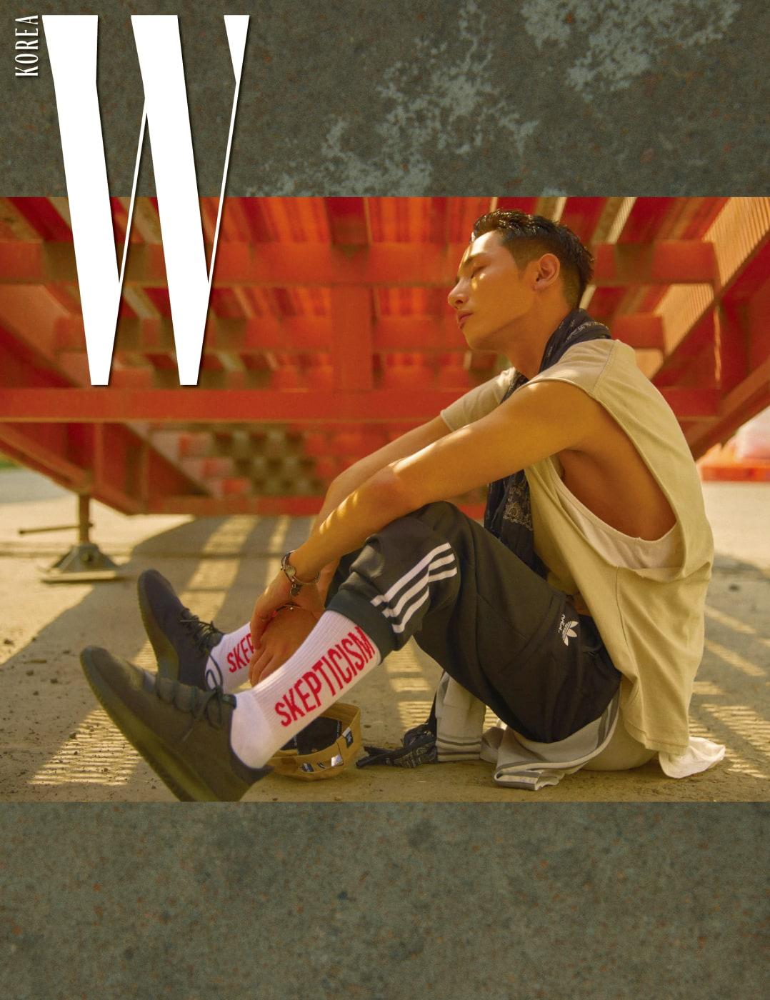 트랙 팬츠, 양말, 튜블라 스니커즈는 모두 adidas originals 제품.