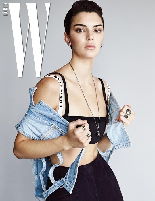 겹쳐 입은 브라톱, 스웨이드 팬츠, 펜던트 목걸이, 귀고리, 반지는 모두 Dior 제품. 디스트로이드 데님 베스트는 스타일리스트 소장품.