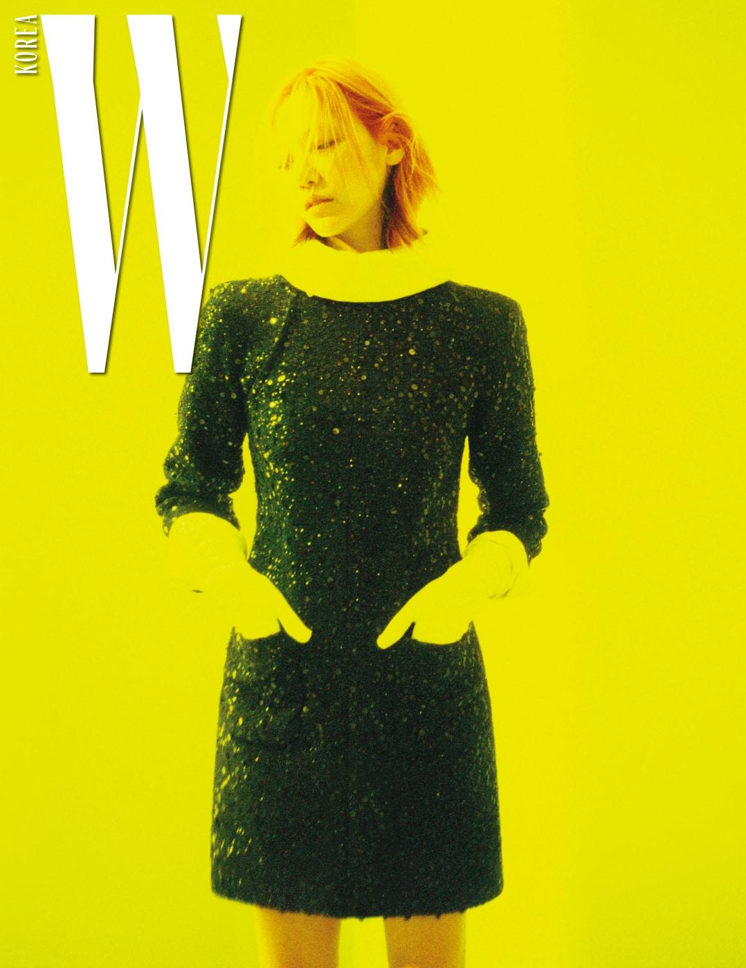 시퀸 트위드 드레스는 Chanel 제품.