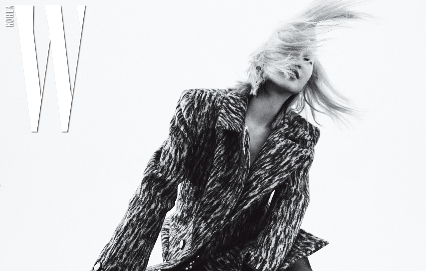 롱 코트, 카프스킨 소재의 글리터링 부츠, 목걸이는 모두 Chanel 제품.