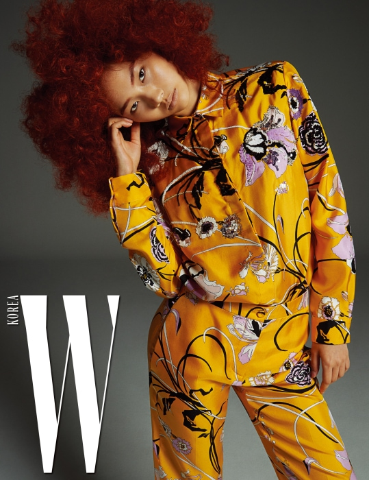 시퀸 장식 꽃무늬가 인상적인 경쾌한 옐로 색상의 셔츠와 팬츠는 Emilio Pucci 제품.