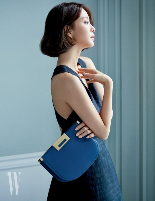클러치부터 숄더백까지 다양하게 활용 가능한 '클레어' 백은 Joy Gryson 제품. 낭만적인 자카드 소재 드레스는 pushBUTTON 제품.