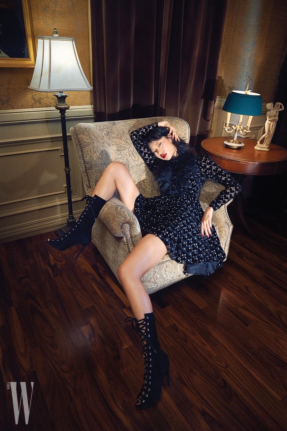하트 무늬와 도트가 어우러진 벨벳 드레스와 레이스업 부츠는 Giambattista Valli 제품.