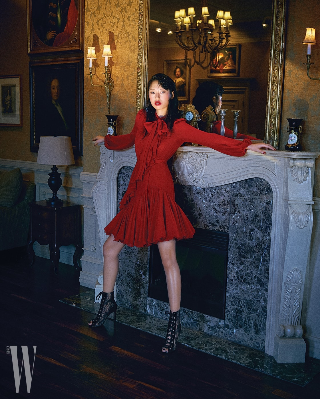 드레스 중앙을 가로지르는 러플 장식과 물결치는 헴라인, 리본 장식이 여성스러운 붉은색 드레스는 Giambattista Valli 제품.