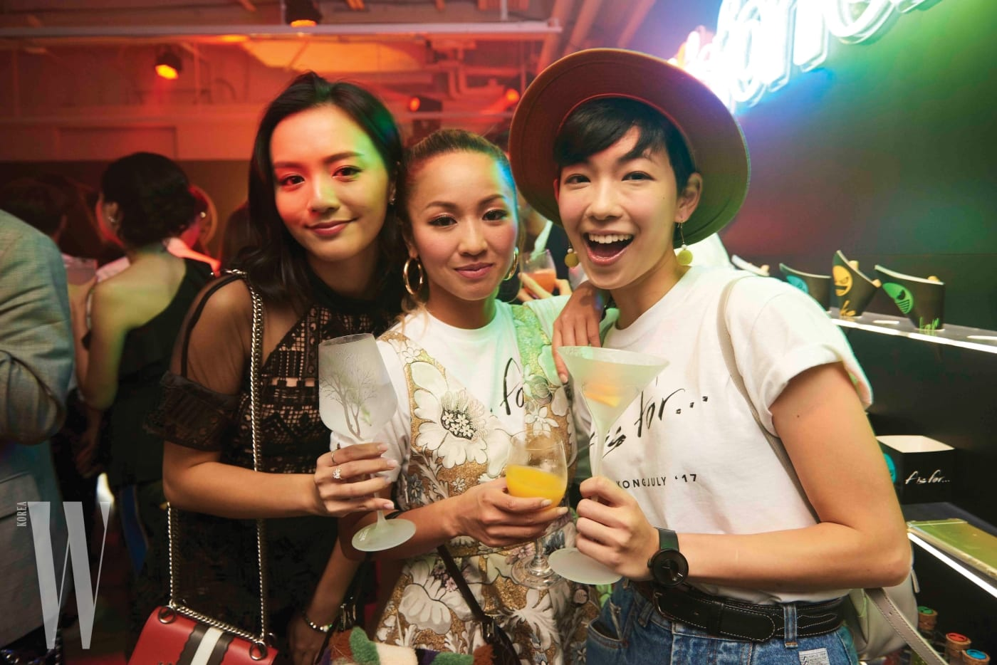 파티에 참석한 가수 스테파니 쳉(가운데)과 인플루언서들.