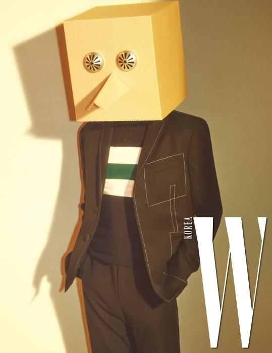 코치 재킷은 언더커버, 체커보드 프린트의 팬츠는 87mm 제품.