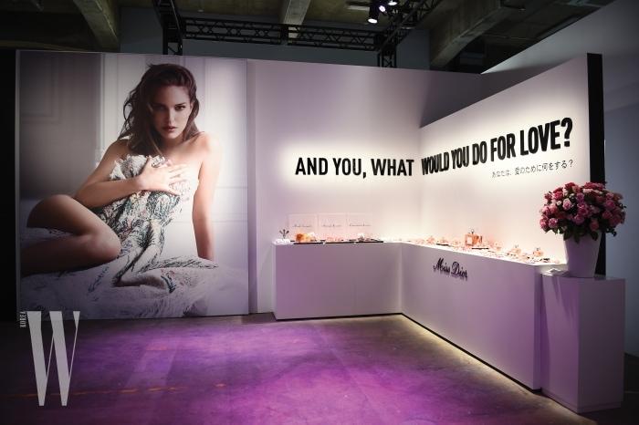 새로운 광고 캠페인과 슬로건이 장식된 행사장 전경.