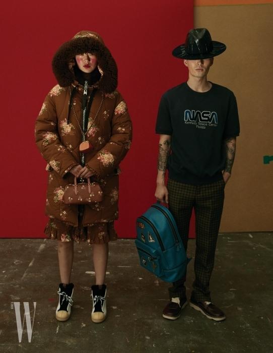 퐁리가 입은 빈티지 소녀 무드의 패딩 재킷, 스커트, 목걸이 동전 지갑, 가방, 슈즈는 모두 Coach 제품. 노마한이 입은 티셔츠, 체크무늬 팬츠, 백팩, 슈즈는 모두 Coach, 모자는 Super Duper Hats by Amabilia 제품