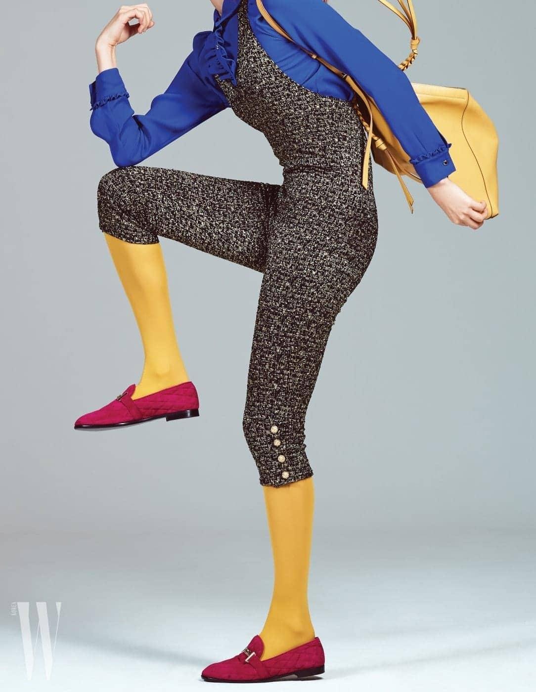 가슴과 팔에 셔링이 장식된 파란색 블라우스는 마이클 마이클 코어스 제품. 49만원. 금사가 섞인 중세풍 점프슈트는 샤넬 제품. 가격 미정. 퀼팅 처리된 자주색 로퍼는 토즈 제품. 1백만원대. 가죽 끈이 달린 삼각형 형태의 노랑 숄더백은 셀린 제품. 가격 미정. 주황색 스타킹은 스타일리스트 소장품.