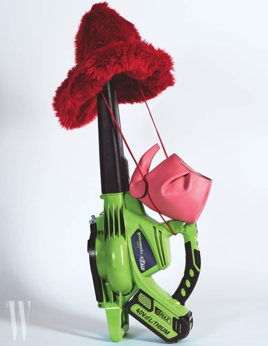 윈드 머신에 걸린 빨강 페이크 퍼 모자는 미우미우 제품. 가격 미정. 핑크색 코끼리 모양 미니 백은 로에베 제품. 1백70만원.