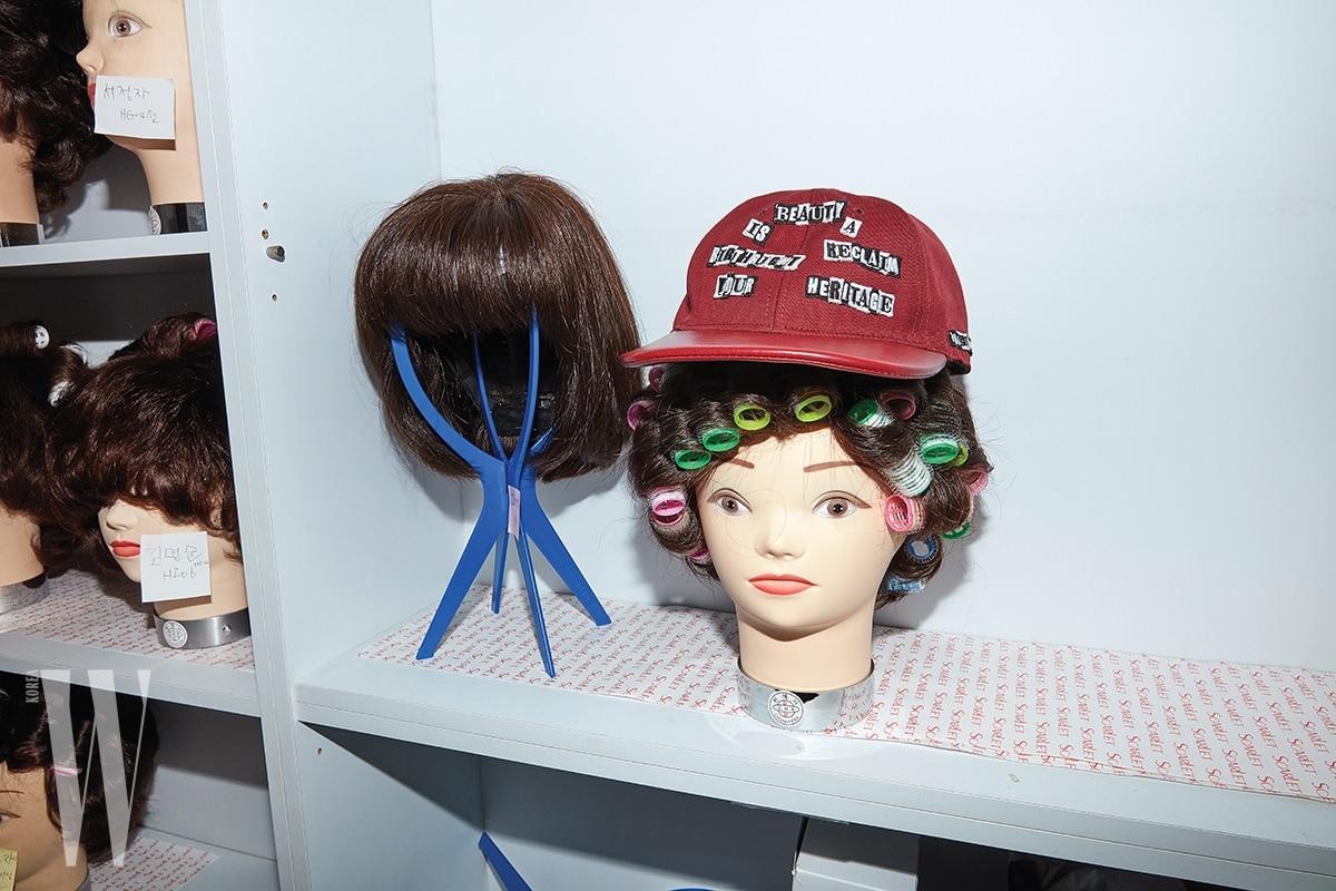 레터링 패치로 재미를 준 빨강 캡 모자는 발렌티노 제품. 가격 미정.