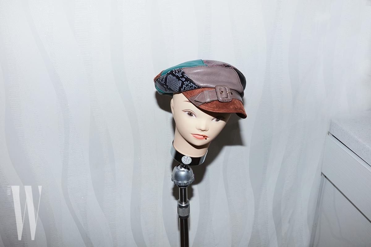 서로 다른 컬러의 가죽이 패치워크된 모자는 프라다 제품. 1백만원대.