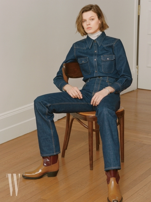 데님 셔츠와 팬츠는 Calvin Klein Established 1978, 흰색 터틀넥은 Calvin Klein 205W39NYC, 부츠는 Calvin Klein 제품. 반지는 Chanel 제품. 팔찌는 Thomas Sabo 제품.