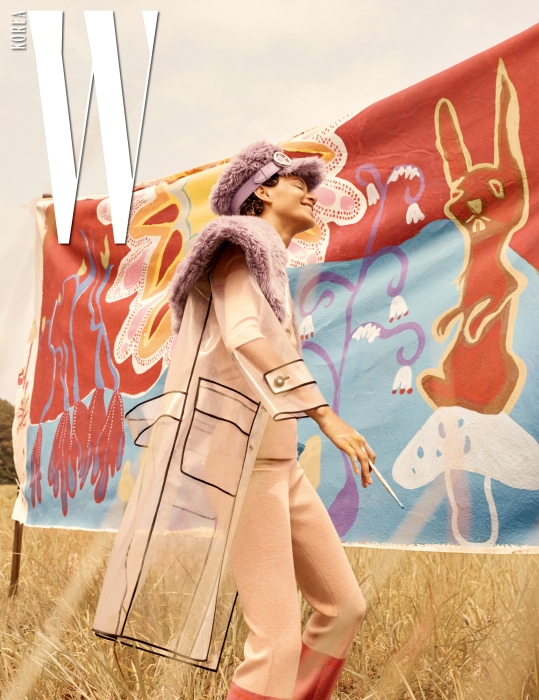 퍼 칼라 장식 PVC 소재 코트, 니트 톱, 니트 팬츠, 버클 장식 에코 퍼 모자는 모두 Miu Miu 제품.