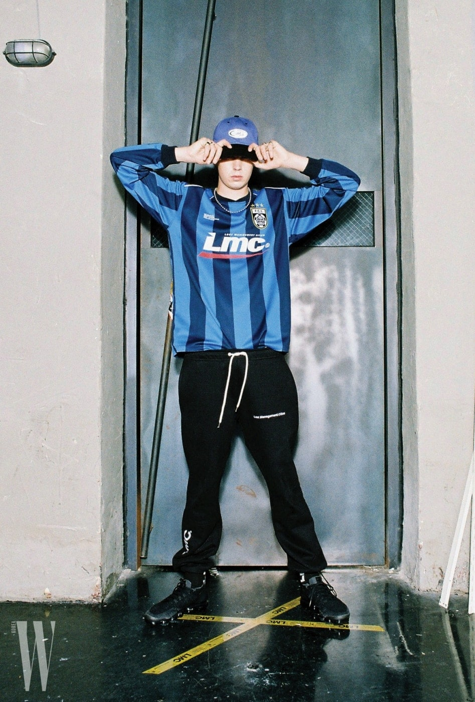 축구 저지 스타일의 파랑과 남색 줄무늬 톱은 LMC 제품. 6만9천원.