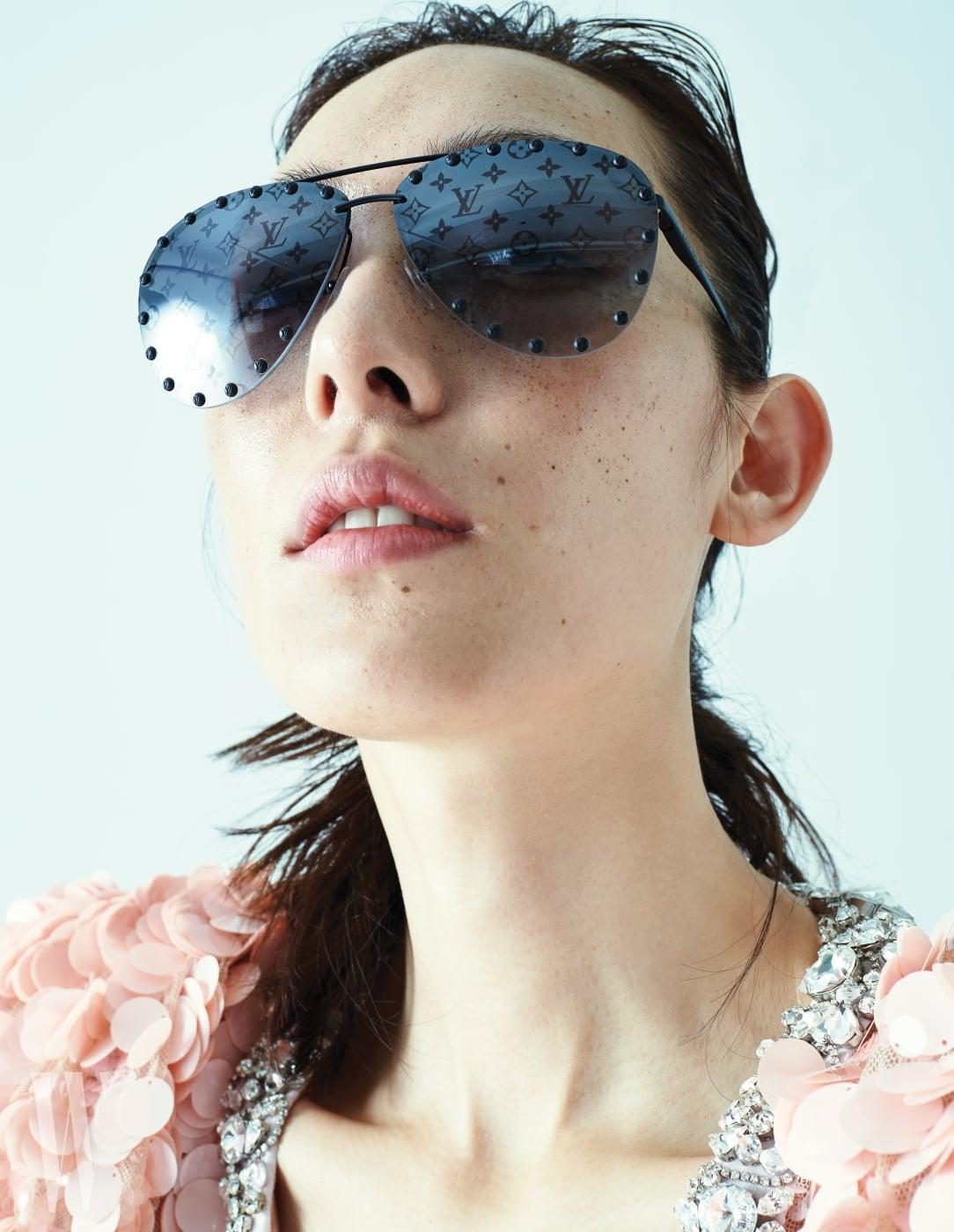 로고가 반복적으로 그려진 선글라스는 루이 비통 제품. 가격 미정. 스팽글 드레스는 미우미우 제품. 가격 미정.