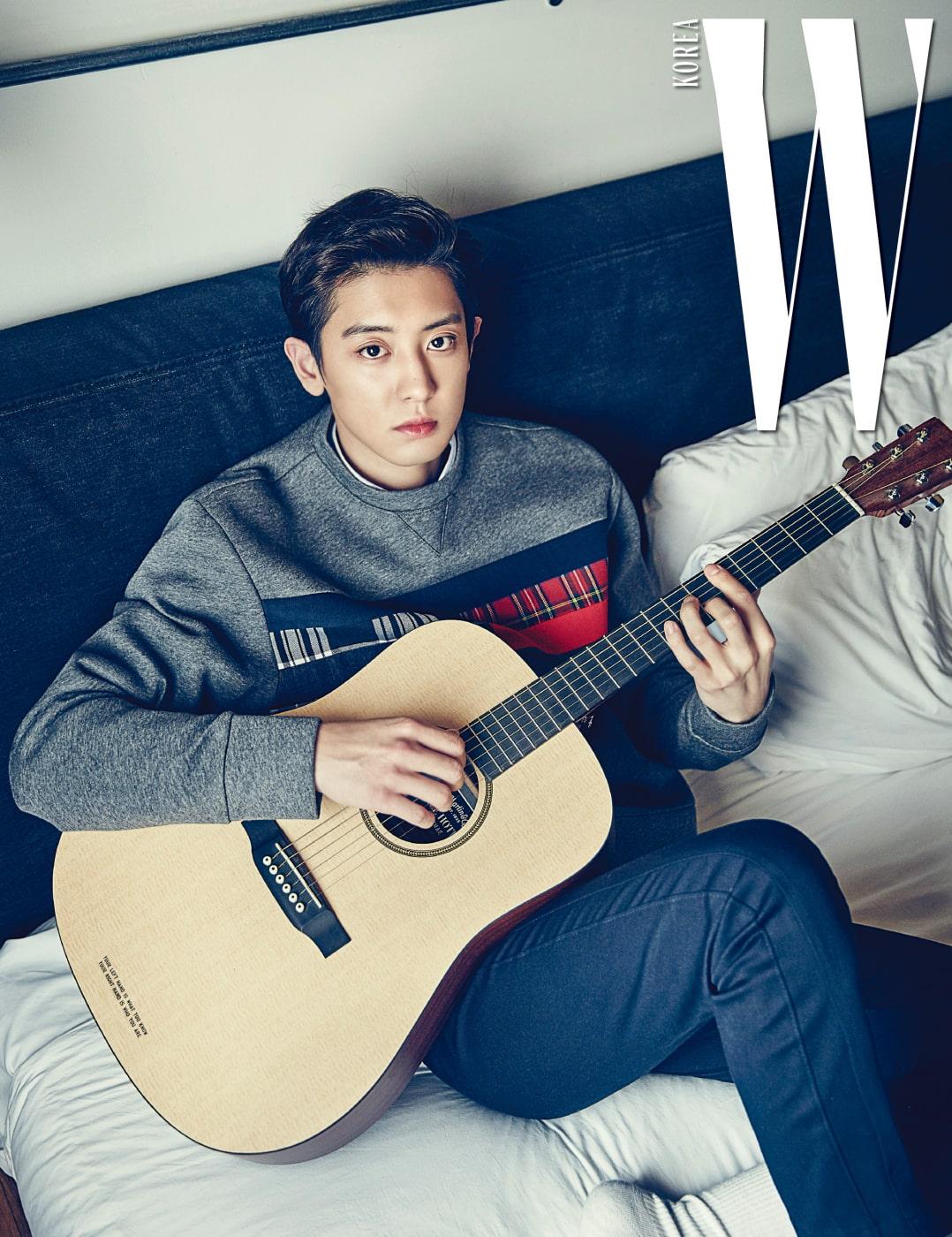 찬열의 방에서는 그가 연주하는 은은한 기타 선율이 흘러 나왔다.