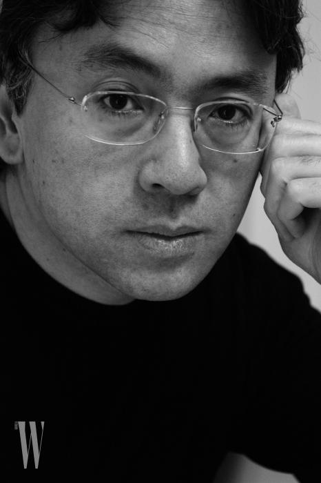 올해 노벨 문학상을 받은 가즈오 이시구로는 일본인이지만 영국에서 성장해 영어로 글을 쓰는 작가다. SF부터 판타지까지 다양한 장르를 오가며, 불완전한 기억 혹은 회한을 돌아보는 섬세한 시선을 가졌다.